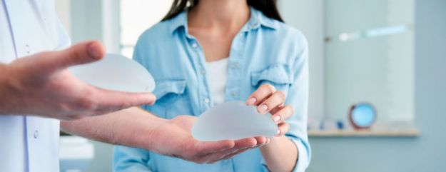Implantes de senos lisos o rugosos